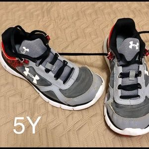 Under Armour 5Y Boys running shoes